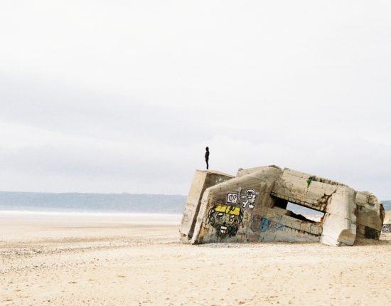 Debout sur un bunker face à l'océan